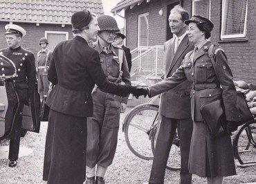 Dronning Ingrid besøger Lysegård i forbindelse med NATO øvelse i 1957.  År 1957.