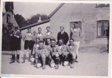 På billedet ses yderst til højre Holger Andersen fra Lysegården, og siddende nr. 2 fra højre Aksel Jensen, forpagter af forsamlingshuset.  Cirka år 1947-1956.