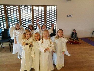 Børn i engle kostume til kor