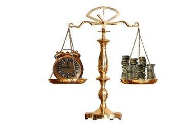 Gammeldags vægt med ur i den ene side og penge i den anden.