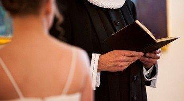Præst læser op af bibel ved en konfirmation