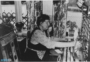 Margrethe ved omstillingsbordet.