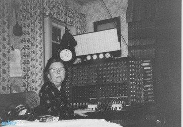 Margrethe Jørgensen ved omstillingsbordet.