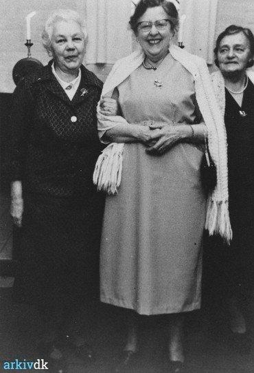 Margrethe i festskrud sammen med Fru Ingeborg Nielsen fra skolen til højre og en ukendt dame til venstre.