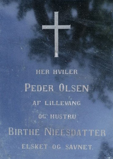 Peder Olsen og Birthe Nielsdatters gravsten står også på vores Minde-Kirkegård, da Peder og Birthe bliver omtalt i beretningen om Emil og Stine.