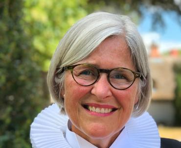 Sognepræst Helle Bundgaard Poulsen m præstekjole