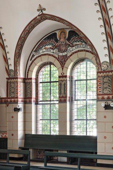 Vinduesparti inden fra kirken ud om Chr. Richardts Vej.