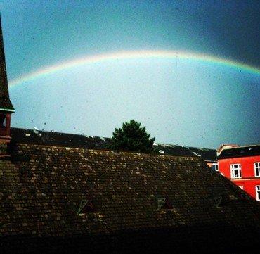 Regnbue over kirkens tag