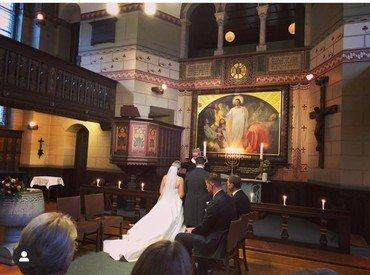 Brudepar knælende foran alteret i Sct. Lukas kirke