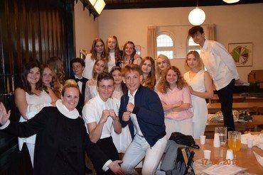 Hele konfirmandholdet i konfirmandtøj sammen med sognepræst Bettina