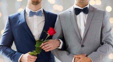 Homoseksuelt brudepar i hhv blåt og gråt jakkesæt. Den ene med en rød rose. Brystbillede. Ansigterne ses ikke.