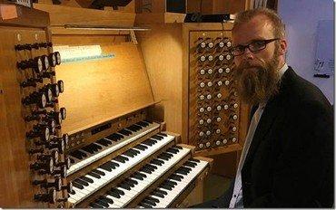 Organist Christian Præstholm ved orglet i Sct. Mortens Kirke