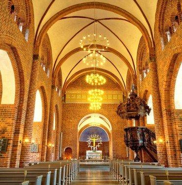 Billede af af oplyst kirkerum