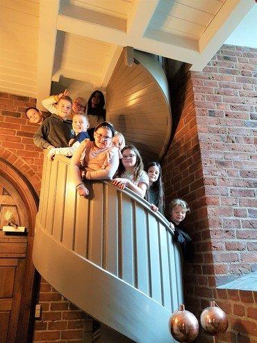 Billede af børn på trappen op til klokketårnet