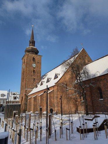 Snebillede af kirken om dagen