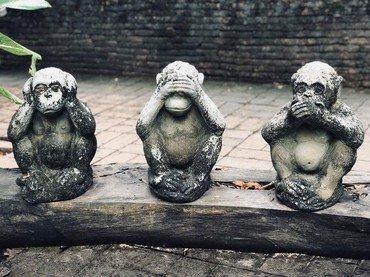 Billede af de tre aber der hverken ser, hører eller taler