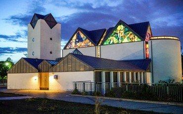 Vejleå Kirke ser udefra om natten