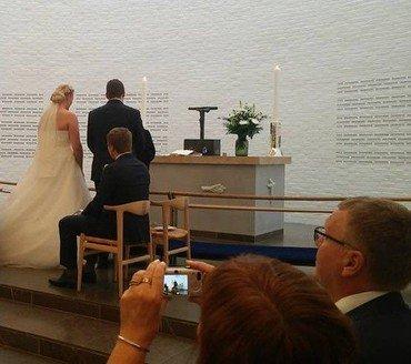 Brudepar ved alteret i Vejleå Kirke