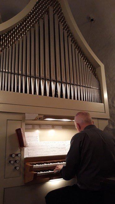 Organist spiller på orglet i Humlum Kirke