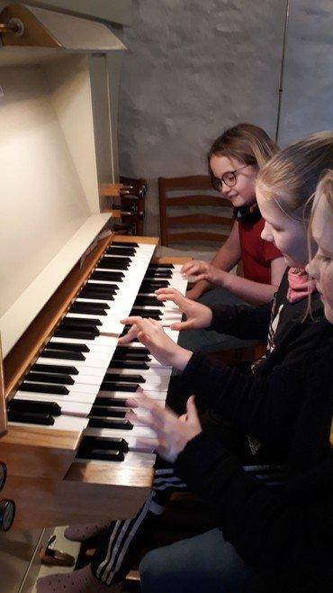 Billede af børn der spiller orgel
