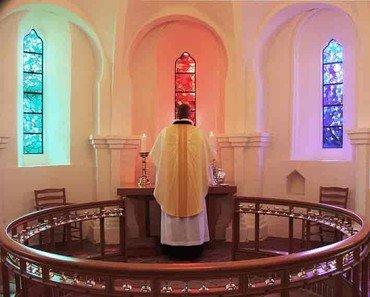 Præst med messehagel ved alter