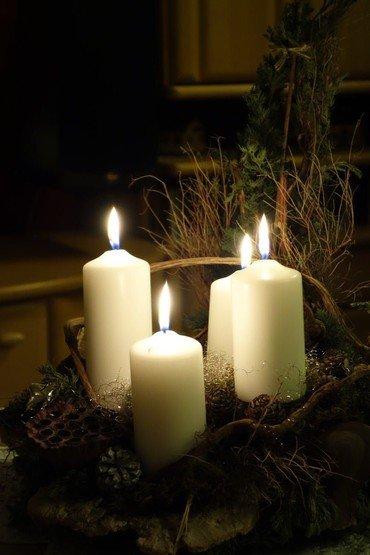 Vi tænder lys i et stemningsfuldt kirkerum og giver ord og toner til sorgen.