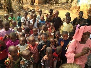 Foto: Børnekirke under gudstjenesten i 2016, som stadig er i den fri luft.