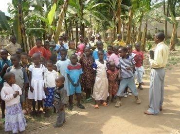 Foto: I Kyerwa har de også børnekirke under gudstjenesten, men det foregår i skyggen under bananpalmerne.