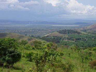 Foto af Kyerwas placering på den grønne bakketop til højre