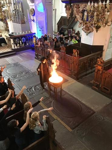 Billede fra kirke i forbindelse med Harry Potter gudstjeneste - i farver