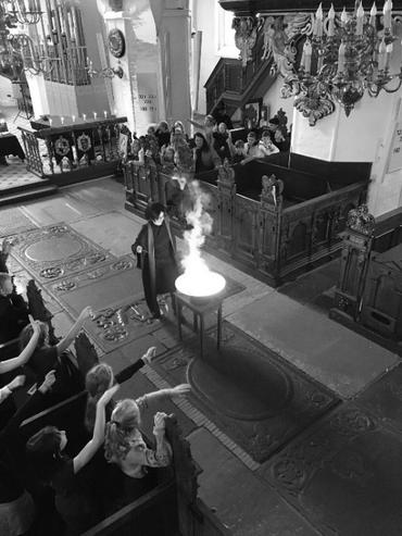 Billede fra kirke i forbindelse med Harry Potter gudstjeneste - sort hvid