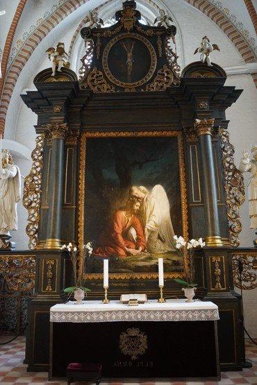 Et billede af altertavlen.