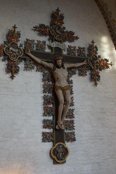 Billede af krucifikset, der hænger i koret