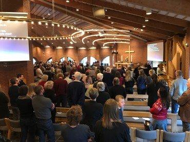 Kirke fyldt med mennesker til gudstjeneste